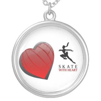 O skate das mulheres com colar do coração