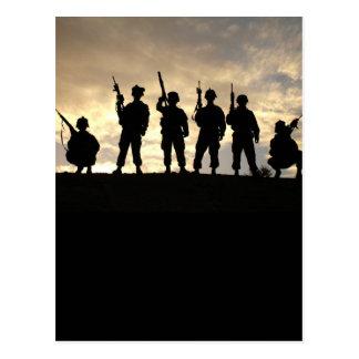 O soldado mostra em silhueta o cartão cartão postal