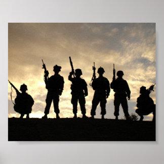 O soldado mostra em silhueta o poster