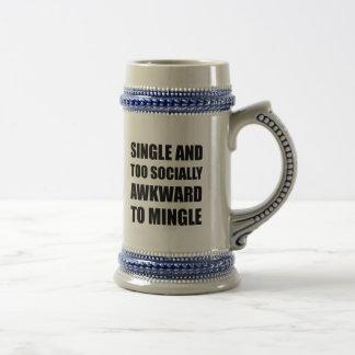 O solteiro social inábil mistura caneca de cerveja