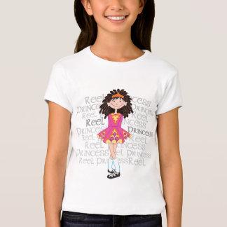O t-shirt da menina triguenha do carretel