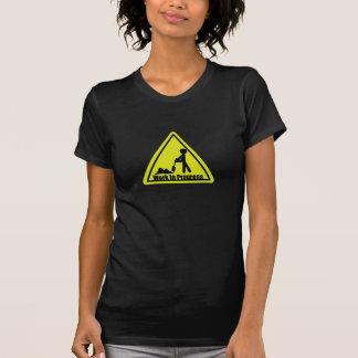 O t-shirt das mulheres dos trabalhos em curso