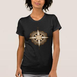 O t-shirt escuro da mulher antiga do compasso
