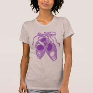 O t-shirt malva das mulheres roxas dos calçados de