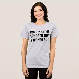 O T-SHIRT psto sobre algum rap de Gangsta e Camiseta