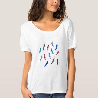 O t-shirt slouchy das mulheres com penas