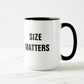 O tamanho importa caneca de café desproporcionado