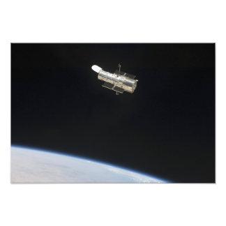 O telescópio espacial de Hubble na órbita acima da Impressão De Foto