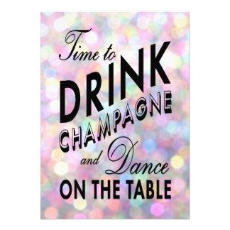 O tempo de ano novo beber o convite de Champagne