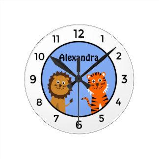 O tigre bonito do leão adiciona o miúdo branco relógio de parede