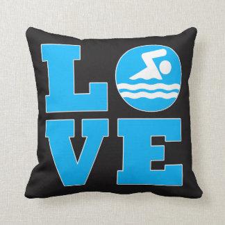 O travesseiro decorativo do nadador preto e azul almofada