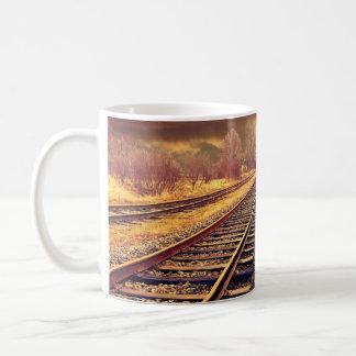O trem sereno segue a caneca de café da foto
