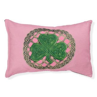 O trevo cor-de-rosa no céltico ata a cama do cão