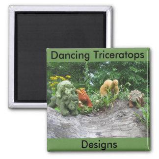 O Triceratops da dança projeta a imã de geladeira