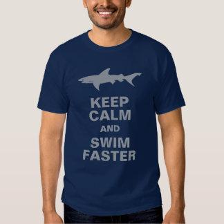 O tubarão engraçado mantem a calma e nada mais tshirt