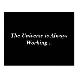 O universo está trabalhando sempre o cartão cartão postal