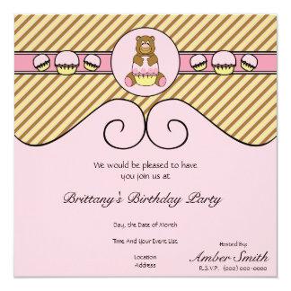 O urso com a diagonal cor-de-rosa do cupcake convite quadrado 13.35 x 13.35cm