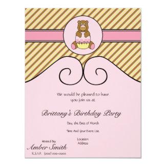 O urso com a diagonal cor-de-rosa do cupcake convites