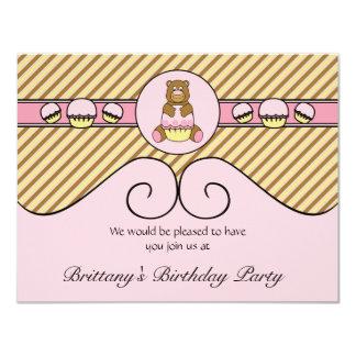 O urso com a diagonal cor-de-rosa do cupcake convite 10.79 x 13.97cm