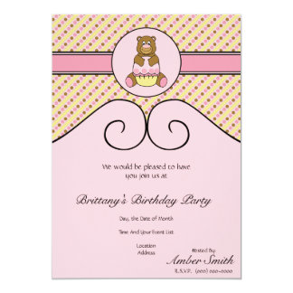 O urso com cupcake cor-de-rosa listra o convite convite 12.7 x 17.78cm