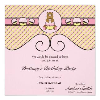 O urso com cupcake cor-de-rosa listra o convite