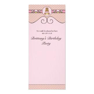 O urso com cupcake cor-de-rosa pontilha o convite convite 10.16 x 23.49cm