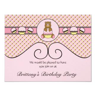 O urso com cupcake cor-de-rosa pontilha o convite