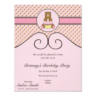 O urso com cupcake cor-de-rosa pontilha o convite convite 10.79 x 13.97cm