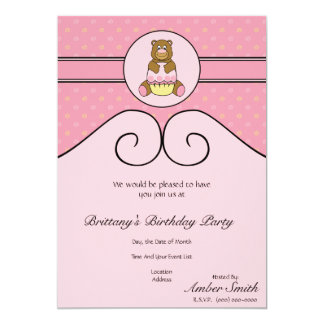 O urso com cupcake cor-de-rosa roda convite
