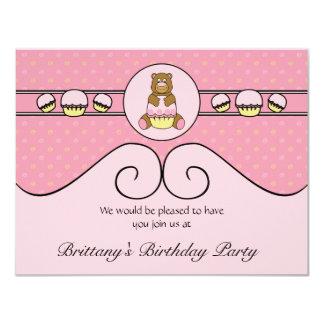O urso com cupcake cor-de-rosa roda convite convite 10.79 x 13.97cm