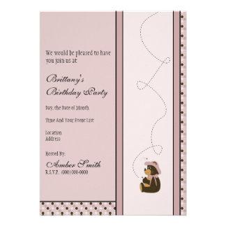 O urso de Brown bonito pontilha o convite