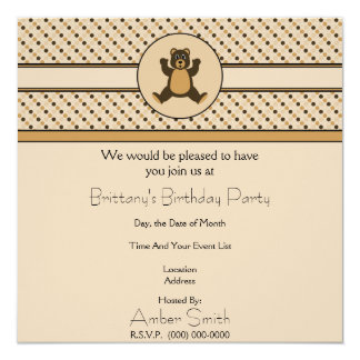 O urso de Brown feliz pontilha o convite