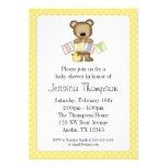 O urso de ursinho amarelo obstrui convites do chá