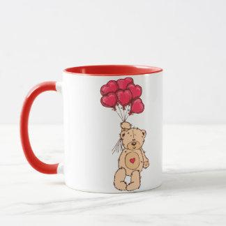 O urso de ursinho com coração balloons a caneca