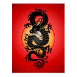 O vermelho estourou o dragão chinês cartao postal