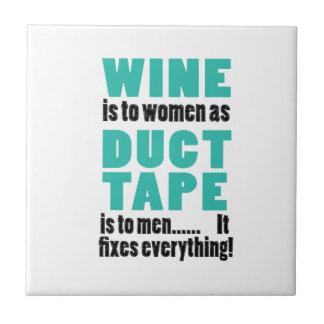 O vinho é às mulheres enquanto a fita adesiva é azulejo quadrado pequeno