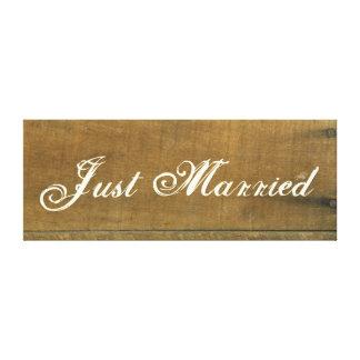 O vintage do recem casados inspirou o sinal de impressão de canvas envolvida