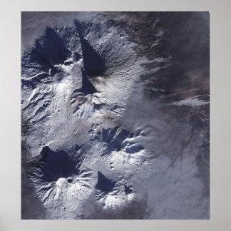 O vulcão de Bezymianny exibe uma pena modesta Pôsteres