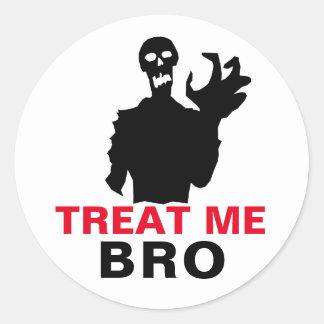 O zombi trata-me Dia das Bruxas engraçado de Bro Adesivo Redondo