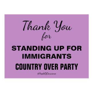 Obrigado levantando-se para imigrantes resistem cartão postal