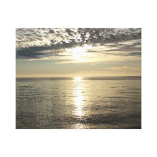 Oceano e nuvens de prata no por do sol