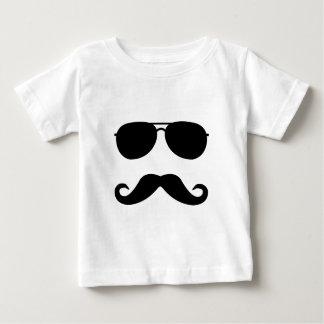 óculos de sol e 'stache camiseta para bebê