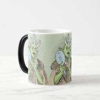 Ogre vão com a caneca Morphing do espelho de mão