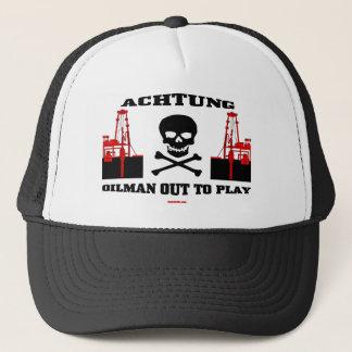 Oilman para fora a jogar, boné de Achtung do campo