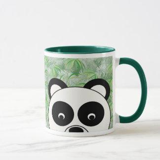 Olhando a caneca da panda
