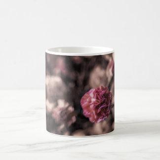 Olhar antiqued mini rosa dos cravos da caneca da