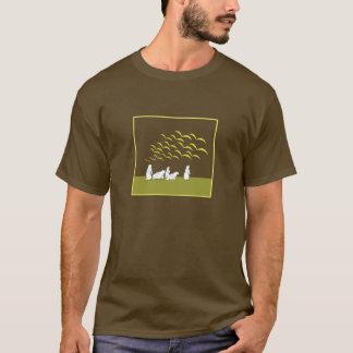 Olhar das marmota na camisa dos pássaros de vôo