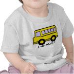 Olhar do ônibus de escola que é 1 t-shirts