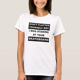 Olhar fixamente em sua camiseta engraçada do skate
