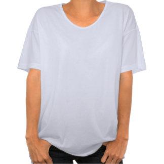 Olhe do tecido cinzento liso do cetim nas dobras t-shirt
